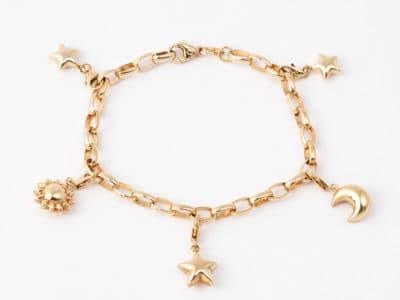 Gullarmbånd med charms